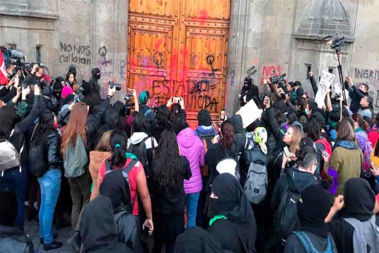 feministas pintando puerta
