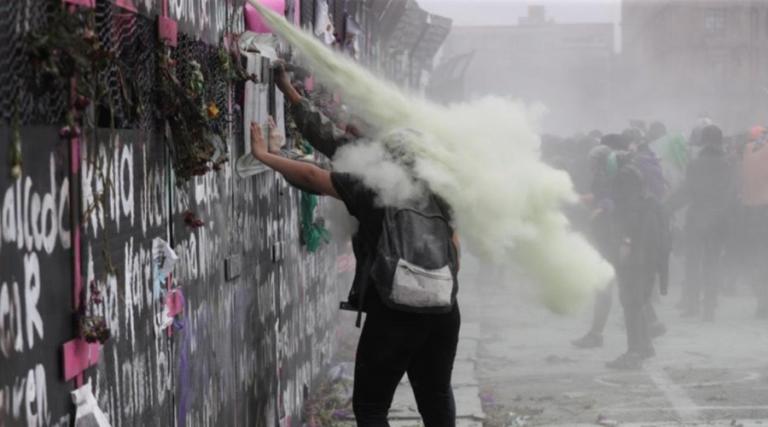Hubo gas lacrimógeno y balas de gotcha en protesta del 8M colectivos