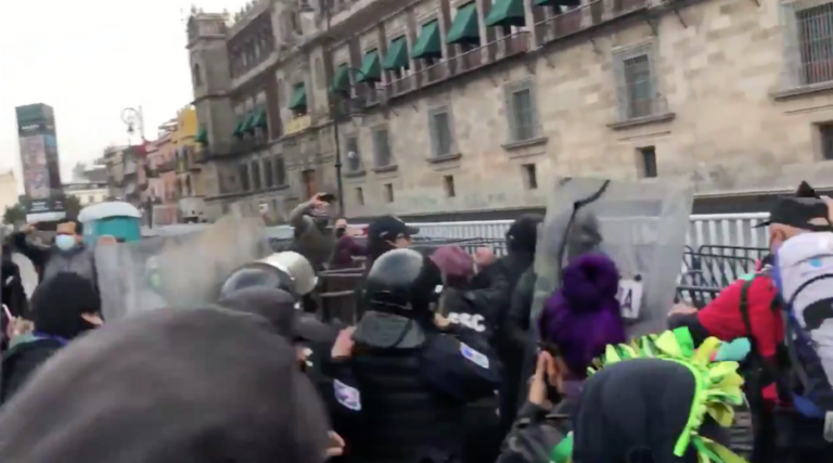 Policía encapsula a mujeres que se manifiestan afuera de Palacio de Gobierno contra caso Félix Salgado