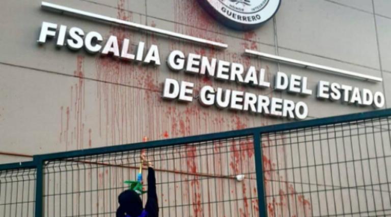 Protesta Colectivo feminista en Fiscalía de Guerrero por caso Félix Salgado
